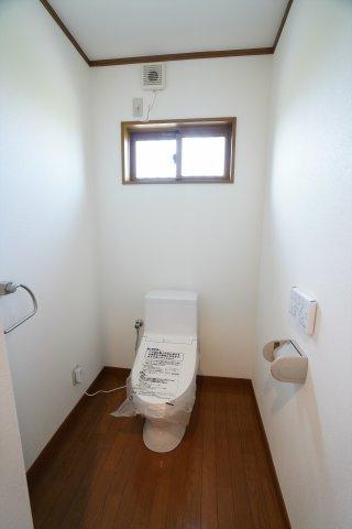 窓がある明るいトイレです。タオルハンガーもついています。