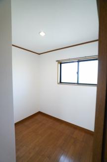 1階納戸あります。収納だけでなく扉のないオープンな個室のように自由に使えます。子供が遊んだり、家事をしたり、ライブラリースペースにしたり、テレワークルームにも良いですね。