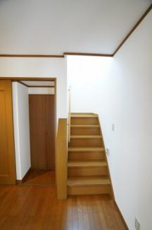 玄関を入ると階段が見えます。手すりがあり安心ですね。