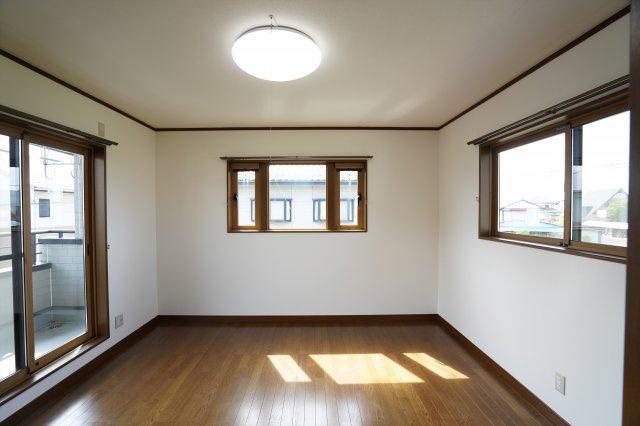 8帖寝室は窓がたくさんあり陽当たり良好のあたたかいお部屋です。フローリングと窓枠などのフチの色が良い雰囲気ですね。どんな家具を置くか考えるのも楽しいですね。