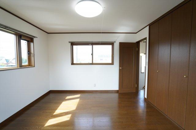 クローゼットが埋め込み式なのでお部屋がすっきりとしています。