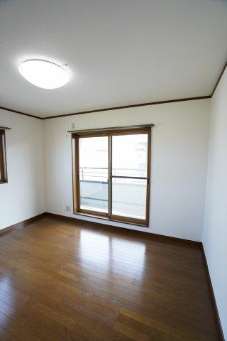 6帖洋室です。明るく風通しの良いお部屋です。ベッドと机を置いてもゆとりがあります。