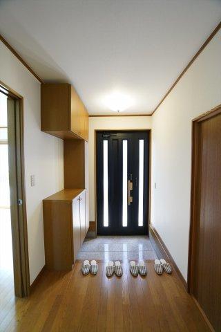 玄関ドアから採光の入る明るい玄関です。広い土間で子供と一緒に並んで靴をはいたりできます。