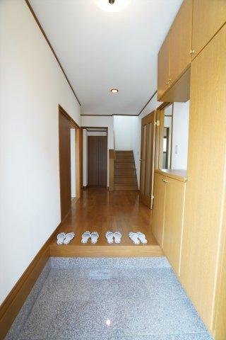 玄関に入ると階段が見えます。右がリビング、左が和室です。
