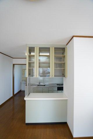 リビング側から見える食器棚には食器だけでなく、小物を飾るのも良いですね。たくさん収納できるので家具を買う必要がなく便利ですね。