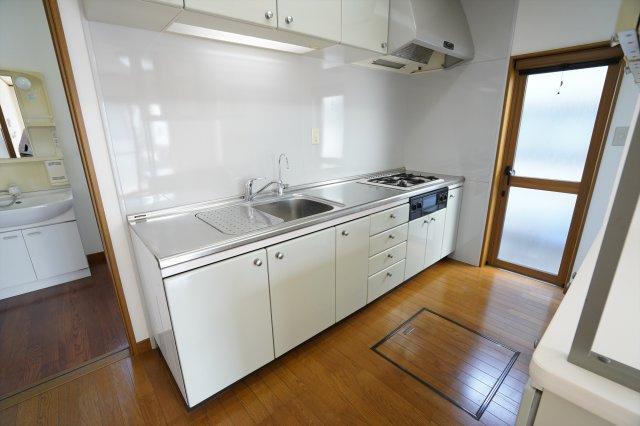 勝手口があり明るいキッチンですね。床下収納もあり備蓄品など収納しておけます。広く使いやすいキッチンで家族で並んでお料理できますよ。