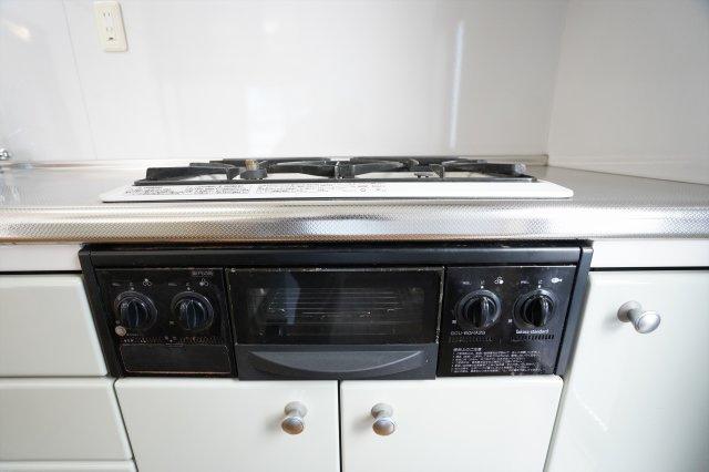 グリル付きのガス台があります。グリルでお魚や焼き野菜も作れます。3つ口コンロでたくさんお料理できますよ。