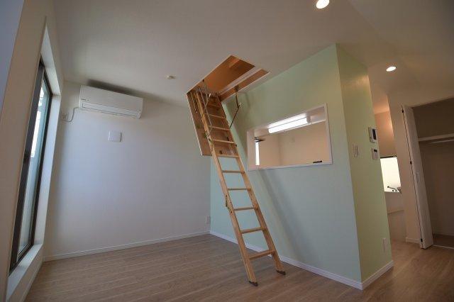 ロフトに繋がる収納階段!季節物の収納に便利です。