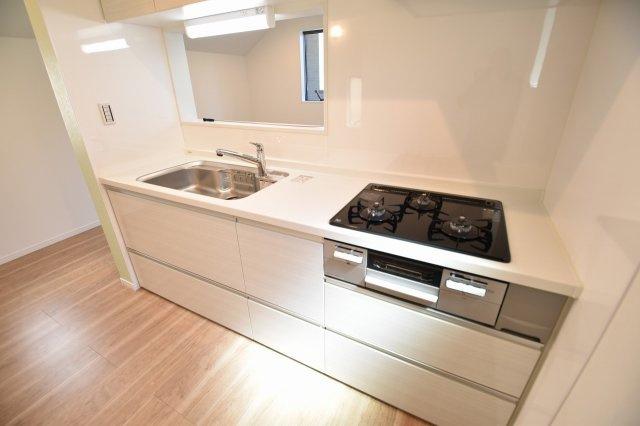 シンプルで洗練されたデザインのシステムキッチンは機能も充実!