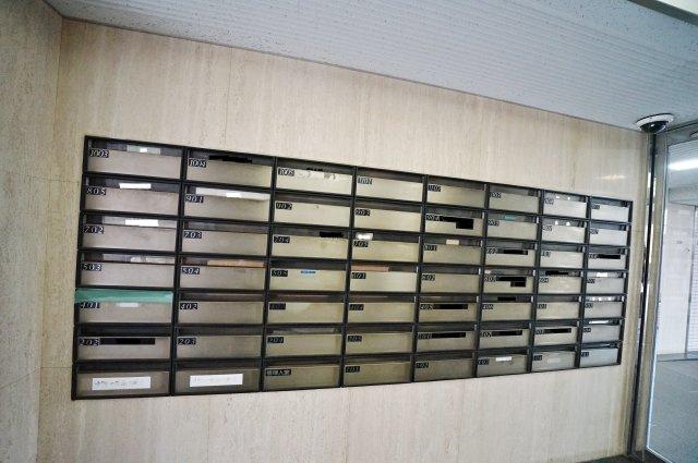 マンション内にある郵便受け。