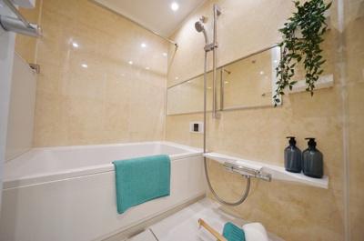 追焚機能付きでいつでも温かいお風呂に入れますね。