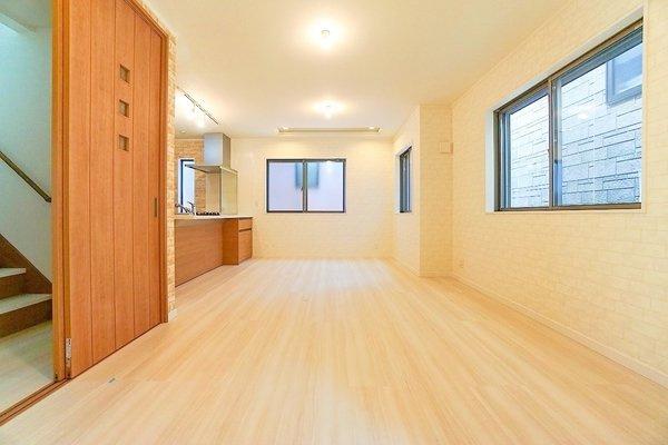 どこか落ち着きのある内装の15.7帖リビングです! 形もよく家具の配置もしやすいです!