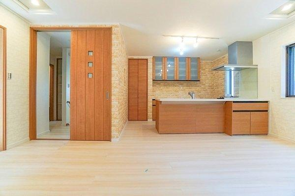これだけ収納スペースがあると便利♪ キッチン・リビング周りもスッキリ