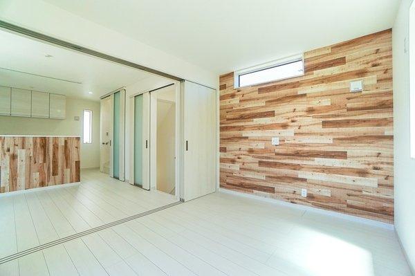 明るいリビングは、家族が集まる大事な空間 形もよく家具の配置にも困りません! ※現在クロス貼り中。