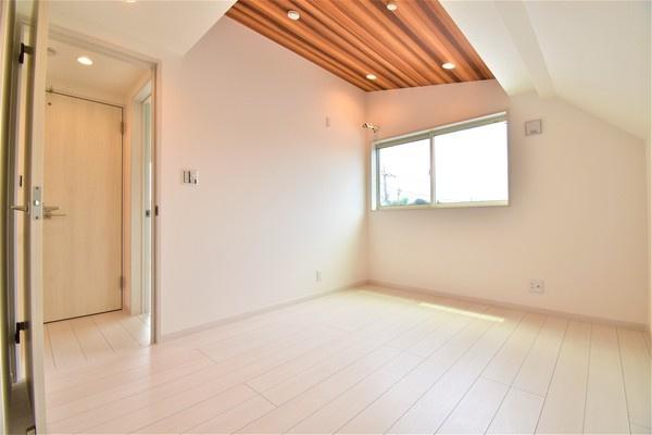 天井にアクセントクロス♪ お洒落な明るい洋室。 休日はこちらでおくつろぎください。