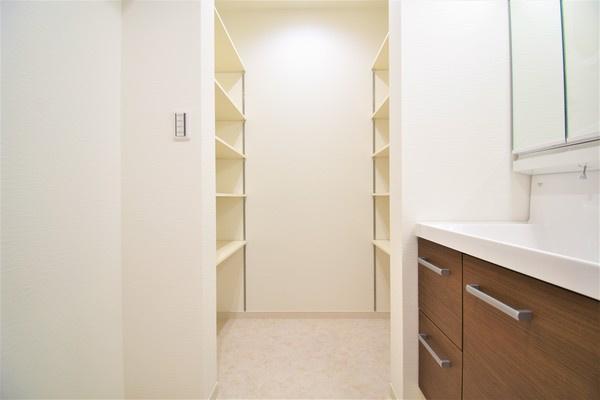 豊富な収納スペース。 バスタオルやシャンプーなどの買い置きにも困りません。