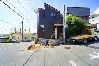 前面道路も広く、お車の駐車もしやすいです! 是非、現地にてご覧ください。