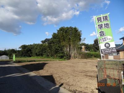 【前面道路含む現地写真】久喜市菖蒲町下栢間 建築条件なし売地 土地広々156坪
