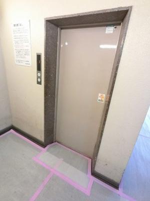 エレベーター付きです。 買い物帰りや大きな荷物がある時でもエレベーターがあるので安心ですね。