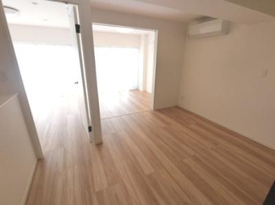 7.6帖のリビングです。4.3帖の洋室の引戸を開放してリビングとしも◎ 南向き7階につき、日当たり・眺望良好です。
