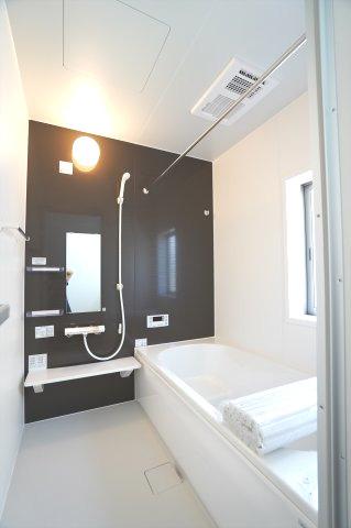 広々一坪バスです。広々とした浴槽で毎日くつろげるバスタイムを楽しみたいですね。