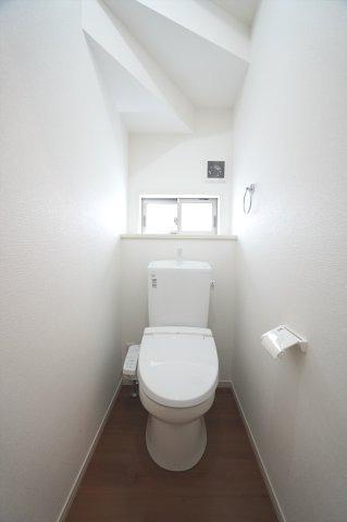 1階トイレ 温水洗浄便座付。