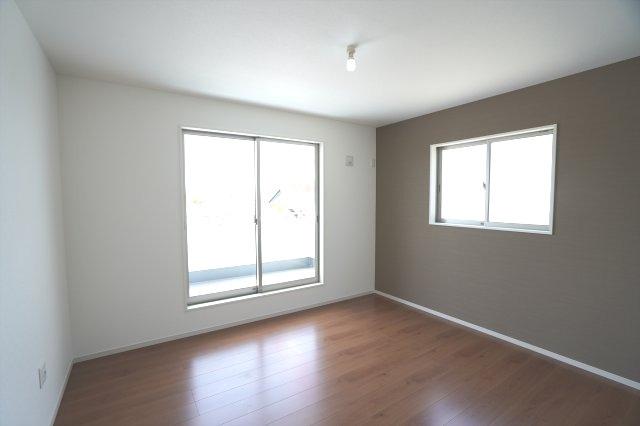 2階7.7帖 バルコニーがあり南向きの明るいお部屋です。