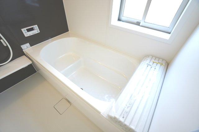 浴槽の内部に段(ステップ)があり、足を伸ばせる広さです。