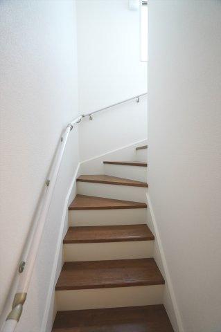 手すり付階段 明るいです。