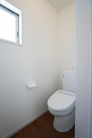 2階トイレ 窓があるので換気ができない。
