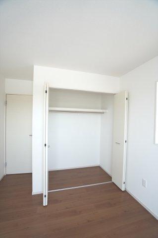 各部屋クローゼットあります。お洋服を掛けて下の空いたスペースを利用してバックや小物を置いて有効活用できます。