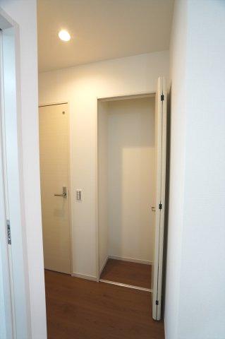 2階ホール フロアモップなどの掃除用具を収納するの便利です。使いたいときにパッと取り出せます。