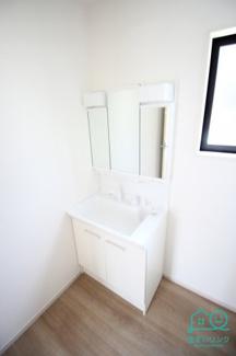 三面鏡タイプの洗面化粧台。 鏡の後ろが収納になっています。
