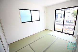 日当たりの良い和室は6帖。 お寛ぎください。