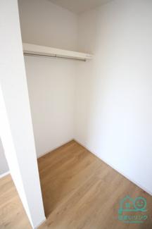 主寝室の収納はとても広いウォークイン収納。