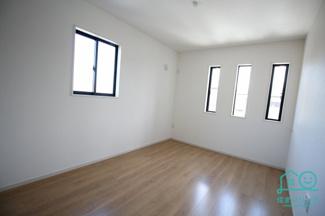 2階洋室6.5帖のお部屋。 縦長の3連スリット窓がおしゃれ。
