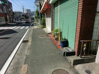 陽当たりの良い現地です 歩道付の接道で解放感あります