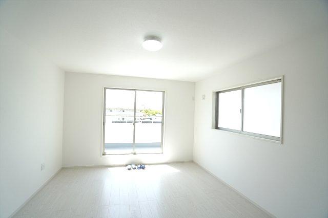 2階10.2帖 窓が2面ありますので、気持ちのよい風が入ってきそうなお部屋です。換気も十分にできます。