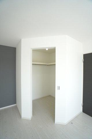 2階10.2帖 WICがあるのでお洋服もたくさん収納できます。