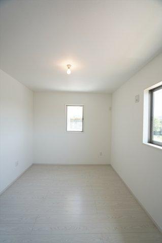 2階6.5帖 シンプルで使い勝手のよいお部屋です。南向きで一日を通してお部屋が明るいです。
