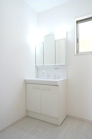 シャワー付洗面化粧台。三面鏡の収納で歯ブラシや化粧品などすっきり片付けられます。
