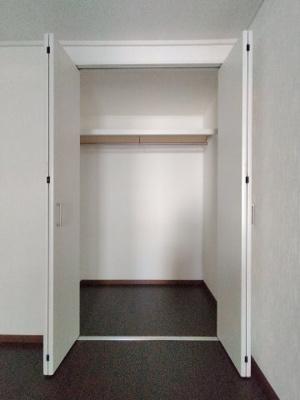 洋室(4.5帖)にある収納です。 奥行もありたっぷり収納できる、