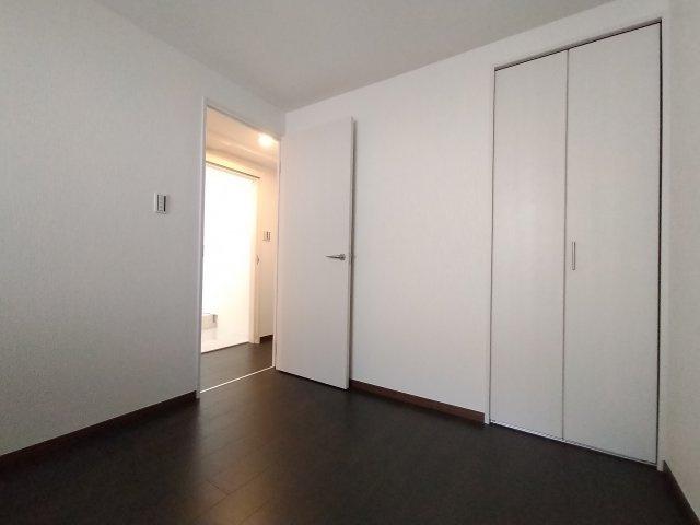 別角度の洋室(3.8帖)です。 全室建具・クロス・フローリング貼り換えていますので、大変美麗です♪