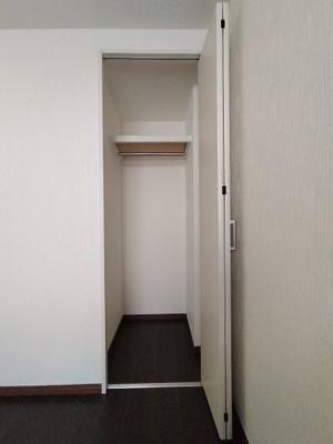 洋室(3.8帖)にある収納です。 奥行があり服を掛けるパイプもございます。
