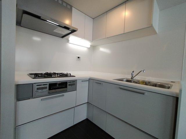 キッチンもリフォーム済で大変美麗です。 L 字型キッチンは調理動線がよく、収納もしっかりあり、料理好きにはたまらない満足頂けるキッチンとなっております。