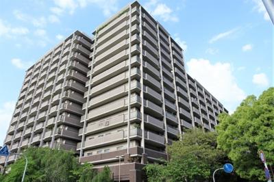 大川にほど近い開発分譲地に立地し、都心の喧騒を感じさせない自然豊かなマンションです。