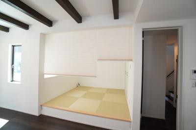 【Japanese-style room】 リビングに隣接した和室。 冬はコタツを置いたり、優しい畳の感触は 赤ちゃんのお昼寝にも! 居室スペースとしてだけでなく、 客間としても十分ご活用頂けます。