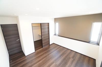 【南東側洋室約7.5帖】 メインバルコニーに面する居室は 建材の色合いからモダンテイストも似合いそうな洋室。 主寝室としてもご利用頂ける広さがあり、 大型の家具を置くなどしても使い勝手は良さそうです。