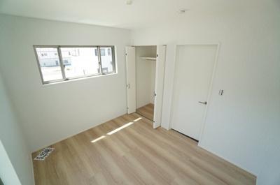 【南西側洋室約5.25帖】 居室にはクローゼットを完備し、 自由度の高い家具の配置が叶うシンプルな空間です。 お子様の成長と必要になる子供部屋にするには ぴったりの間取りですね。