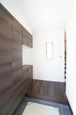 【玄関】 人を迎え入れる最初の場所だからこそ、 清潔感があり纏まった空間にして頂ける様に ゆとりあるシューズBOXを設置しました。 お出掛けの時も帰った時も、 我が家を最初に感じでもらえる素敵な空間に